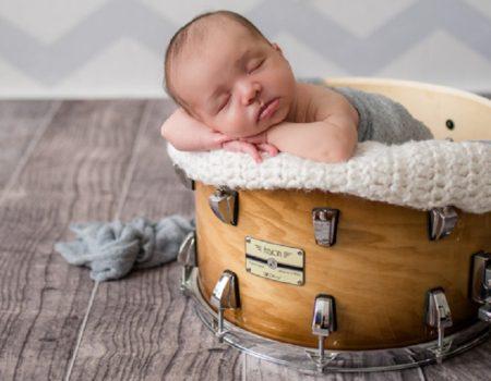 bebê na bateria - bebê dentro da caixa da bateria - Por que estuar bateria e percussão?